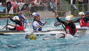 france against poland women reaching for ball with paddle icf canoe polo world games 2017
